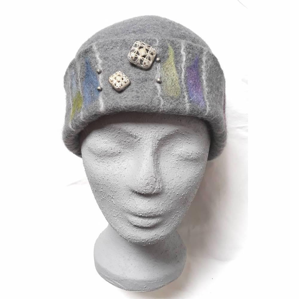 Damen Filzhut, graue Winterkappe handgefilzt , mit Muster in der Krempe und silberfarbenen Zierknöpfen Bild 1