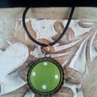 Anhänger mit Stoff Cabochon grün mit Punkten mit schwarzer Kette Bild 1