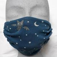 Mund-Nase-Bedeckung aus weichem Bio-Baumwolljersey, jeansblau mit grauen Fledermäusen im Nachthimmel Bild 1