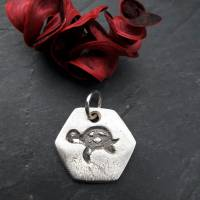 sechseckiger Anhänger mit süßer Schildkröte, 999 Silber, teilgeschwärzt Bild 5