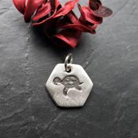 sechseckiger Anhänger mit süßer Schildkröte, 999 Silber, teilgeschwärzt Bild 6