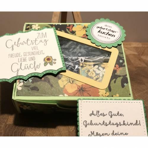 Geburtstagskuchen-Bausatz mit Konfetti, Kerze und Spitzendeckchen für den Geburtstagskuchen To Go - Tropenreise