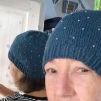 Damenmütze handgestrickt mit eingestrickten Rocailles-Perlen, teal (blaugrün) Bild 2