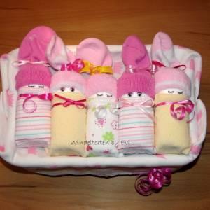 Windeltorte für Mädchen: Windelbabys in der Box, liebevolles Geschenk zur Geburt Bild 6