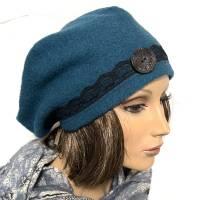 Damenmütze Hommage de Paris aus petrolfarbenem Wollboucle, mit schwarzer Spitze und Knopfnadel Bild 1