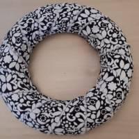 Mit schwarz / weiß geblümtem Stoff aus Baumwolle umwickelter Kranz ... Bild 1
