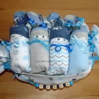 personalisierte Windeltorte für Junge: 4 Windelbabys im Tuch, Geschenk zur Geburt Bild 1