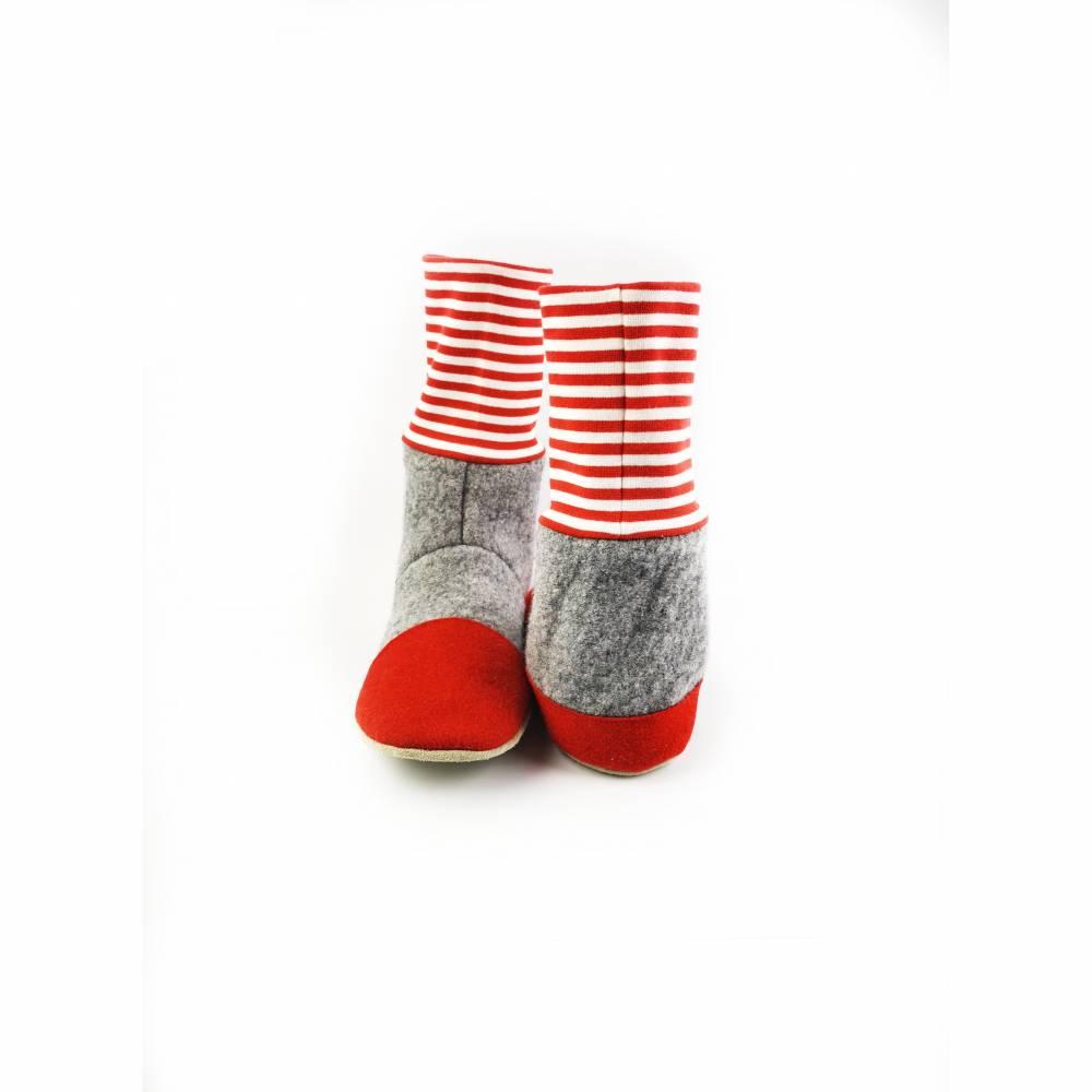 Hausschuhe aus Wolle in grau mit rot-weißgeringeltem Bündchen Bild 1