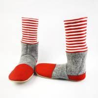Hausschuhe aus Wolle in grau mit rot-weißgeringeltem Bündchen Bild 3