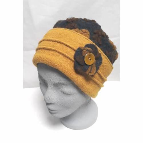 Damenmütze Steppi aus flauschigem Bio-Wollwalk anthrazit mit gelbem+braunem Muster, Krempe in uni gelb + Ansteckblume