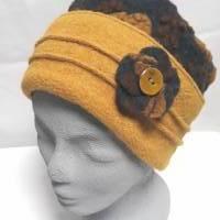 Damenmütze Steppi aus flauschigem Bio-Wollwalk anthrazit mit gelbem+braunem Muster, Krempe in uni gelb + Ansteckblume  Bild 1