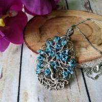 Blauer Lebensbaum Anhänger als Medaillon im Vintage Look aus mit Mini Rocailles Perlen und Silber Kupferdraht Bild 1