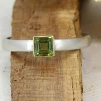 Schmaler Ring aus Platin mit grünem Turmalin Bild 1