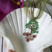 Lebensbaum Anhänger Freischwebend mit Grünen Rocailles Perlen aus Kupferdraht in Braun mit in den Wurzeln versteckten Ro Bild 1