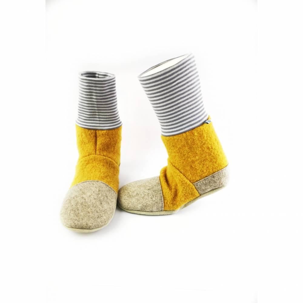 Hausschuhe aus senffarbener Wolle und geringeltem Bündchen Bild 1