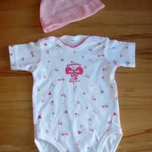 Windeltorte für Mädchen mit Mütze, Spielzeug und Body, Windelschnecke als Babygeschenk zur Geburt Bild 6
