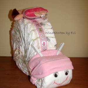 Windeltorte für Mädchen mit Mütze, Spielzeug und Body, Windelschnecke als Babygeschenk zur Geburt Bild 7