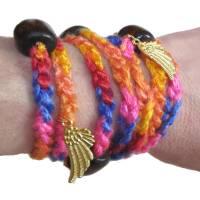 Textilarmband Wickelarmband *Engelsflügel* Häkelschmuck mit goldfarbenen Charm Anhängern Bild 1