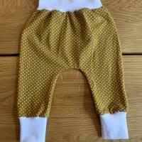 Babyhose / Baggy Pants aus senfgelben Baumwolljersey mit weißen Punkten Bild 1