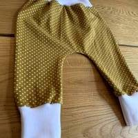 Babyhose / Baggy Pants aus senfgelben Baumwolljersey mit weißen Punkten Bild 2
