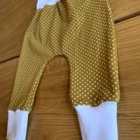 Babyhose / Baggy Pants aus senfgelben Baumwolljersey mit weißen Punkten Bild 3