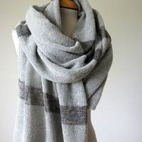 Gestrickter Riesenschal aus grauer Wolle, Strickstola hellgrau mit Seiden-Streifen, xl Schal, Deckenschal, Plaid Bild 1