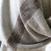 Gestrickter Riesenschal aus grauer Wolle, Strickstola hellgrau mit Seiden-Streifen, xl Schal, Deckenschal, Plaid Bild 3