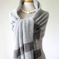 Gestrickter Riesenschal aus grauer Wolle, Strickstola hellgrau mit Seiden-Streifen, xl Schal, Deckenschal, Plaid Bild 4