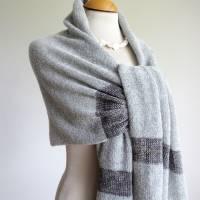 Gestrickter Riesenschal aus grauer Wolle, Strickstola hellgrau mit Seiden-Streifen, xl Schal, Deckenschal, Plaid Bild 5