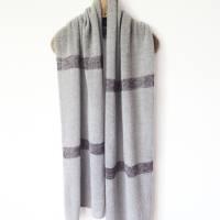 Gestrickter Riesenschal aus grauer Wolle, Strickstola hellgrau mit Seiden-Streifen, xl Schal, Deckenschal, Plaid Bild 6