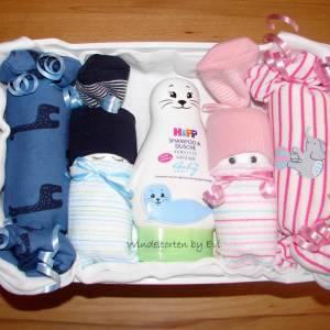 Windeltorte für Zwillinge mit Bodys, praktisches Geschenk zur Geburt für Zwillinge Bild 1