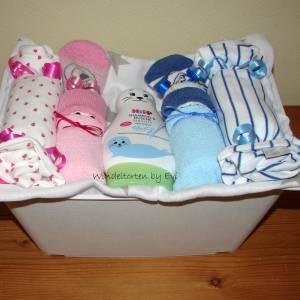 Windeltorte für Zwillinge mit Bodys, praktisches Geschenk zur Geburt für Zwillinge Bild 7