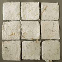 9 handgeschöpfte, quadratische Kärtchen mit eingeschöpften Pflanzenfasern, ca. 10,5 cm x 10,5 cm Bild 2