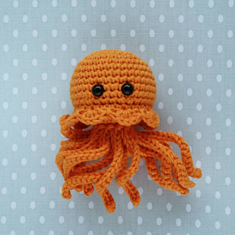 Die kleine gehäkelte Meduse Qualle aus Bio-Baumwolle orange Handarbeit Bild 1