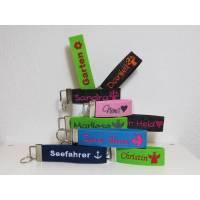 Schlüsselanhänger mit Namen - individuell bestickt - Filz - Glücksbringer - Geschenk - Filzanhänger - Valentinstag Bild 1