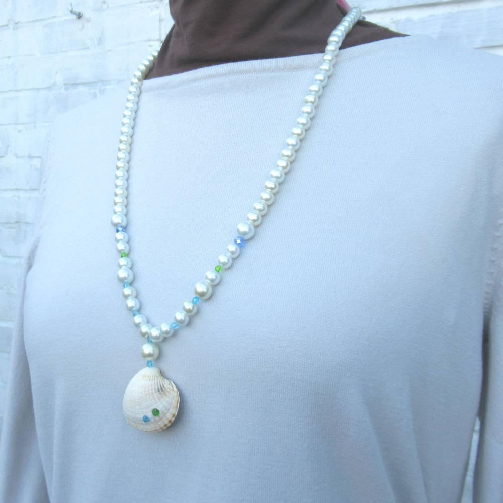 Lange Halskette mit Glasperlen und einer Herzmuschel in weiß, maritime Geschenkidee für Meerverliebte Bild 1