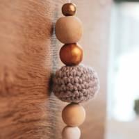 1xDekohänger Anhänger Geschenkanhänger Holzperlen Häkelperle weiß, grau, natur und Rosé/gold  Bild 1