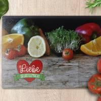 """Schneidebrett aus Glas mit Gemüse und """"Mit ganz viel Liebe selbstgemacht"""", auf Wunsch mit Wunschname bedruckt. Bild 1"""