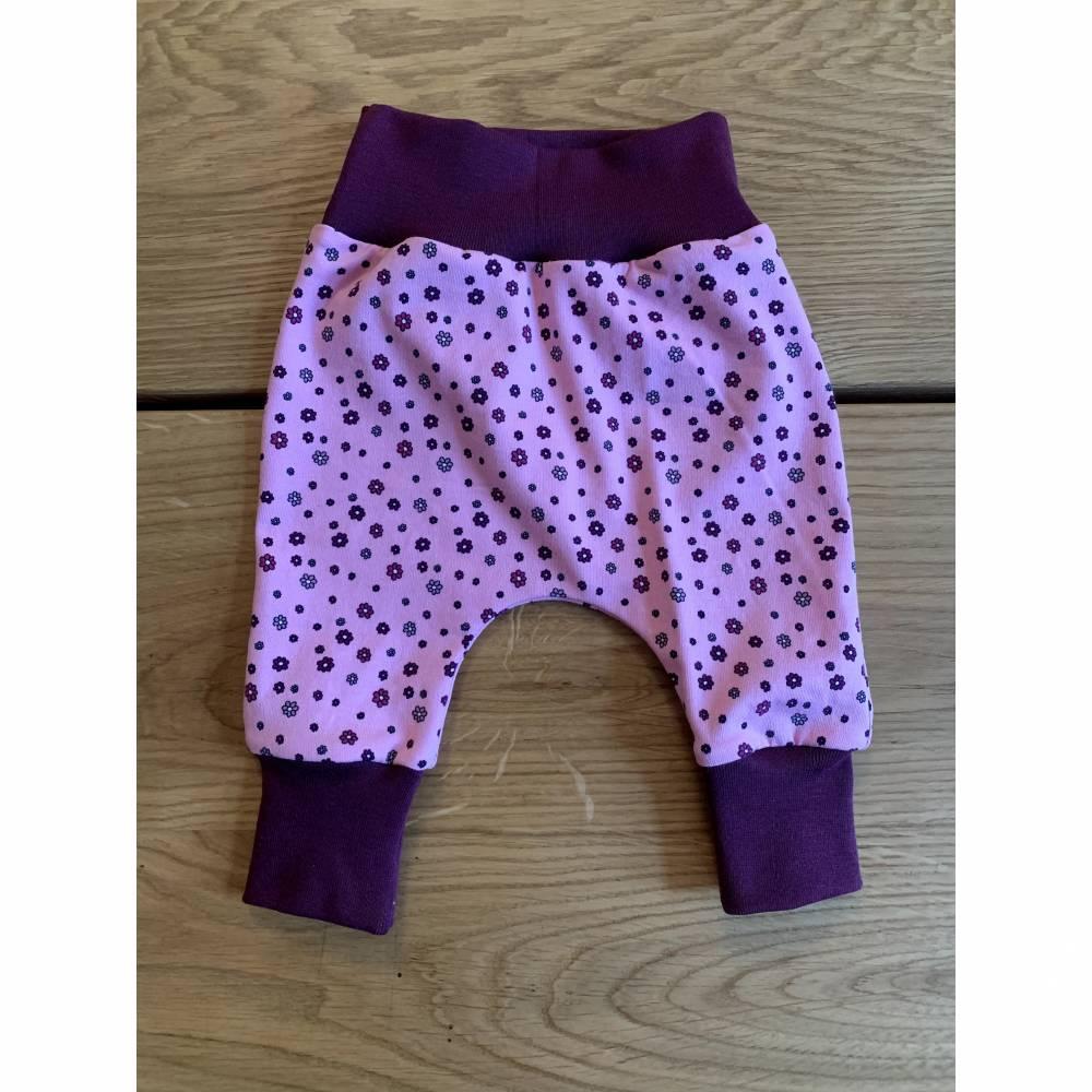 Babyhose / Baggy Pants aus tollem rosa Baumwolljersey mit kleinen Blümchen Bild 1