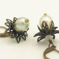 Ohrhänger Messingblüten - weiße Tropfenperlen - filigran verspielt romantisch Bild 1