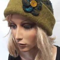 Damenmütze Rosalie aus Bio-Wollwalk mit petrol-grün-türkisem Blumenmuster, Krempe in uni grün + Ansteckblume  Bild 1