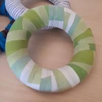 Mit grün / weiß gemustertem Karostoff aus Baumwolle umwickelter Kranz ... Bild 1