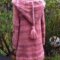 Weicher voluminöser Strickmantel mit spitzer Kapuze** rosa Farbverlauf**M Bild 1