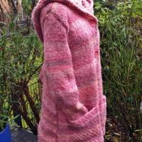 Weicher voluminöser Strickmantel mit spitzer Kapuze** rosa Farbverlauf**M Bild 2