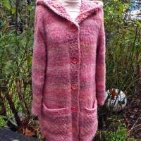 Weicher voluminöser Strickmantel mit spitzer Kapuze** rosa Farbverlauf**M Bild 3