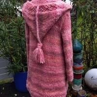 Weicher voluminöser Strickmantel mit spitzer Kapuze** rosa Farbverlauf**M Bild 4