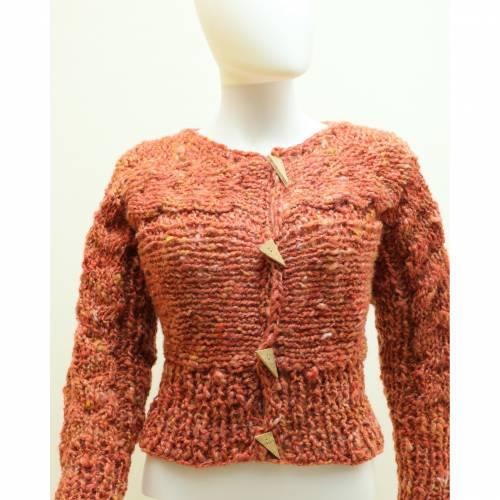 kurze Damen-Jacke, aus dicker Schafwolle gestrickte Trachtenjacke in koralle von bcd wollmanufaktur