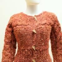 kurze Damen-Jacke, aus dicker Schafwolle gestrickte Trachtenjacke in koralle von bcd wollmanufaktur Bild 1