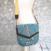 """Leichte Handtasche mit frühlingshaften Apfelblüten aus Canvas und Kunstleder (Schnitt """"Vara"""" von Hansedelli)"""