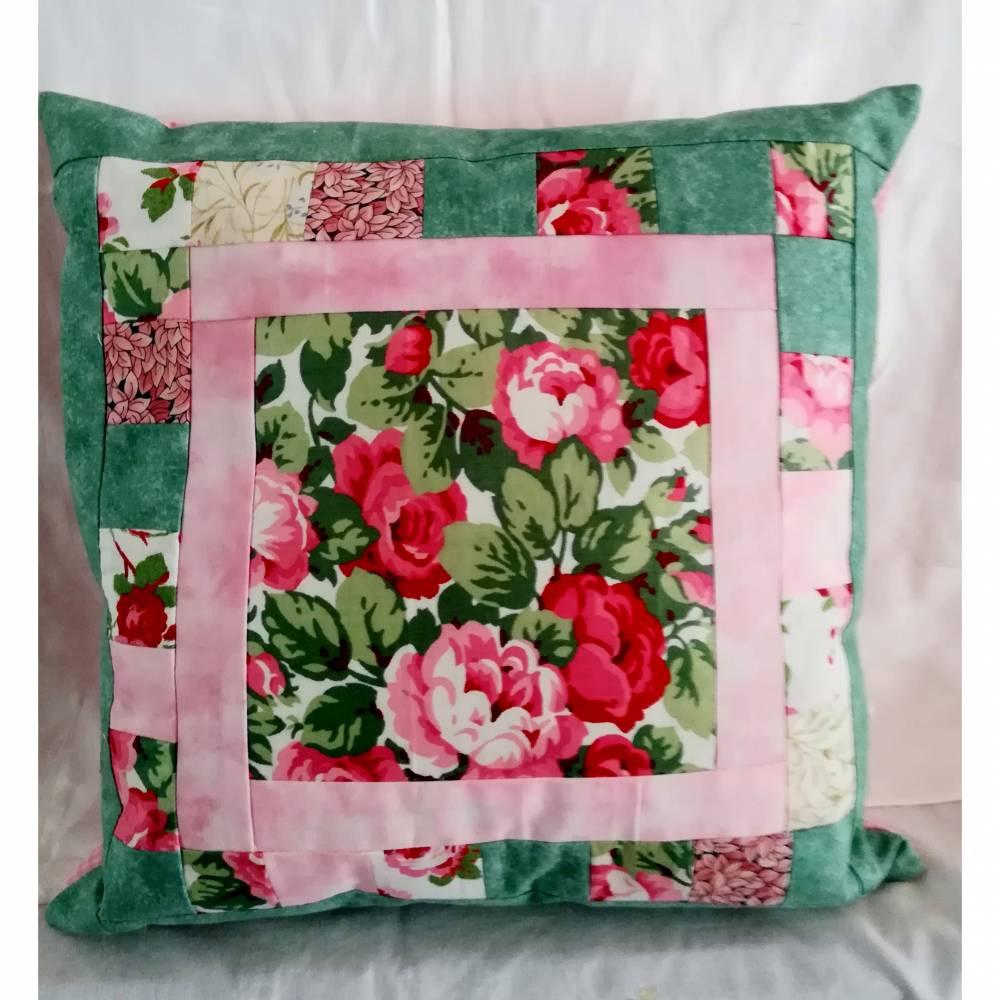 Dekoratives Kissen in Farbtönen wie Rosa, Sand, Grün schafft eine ruhige und gemütliche Atmosphäre. Kissen mit Rosenmoti Bild 1